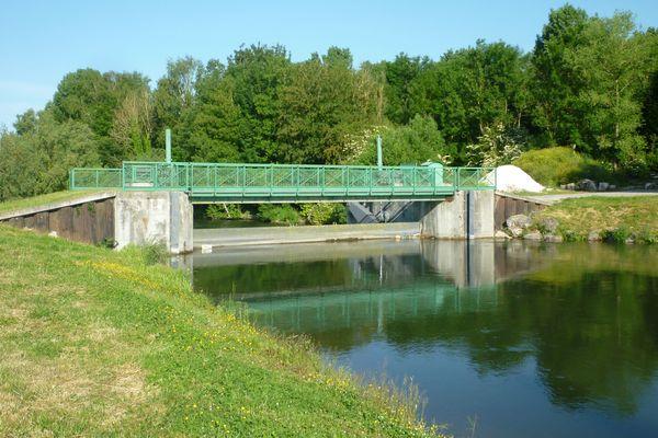 D'apparence paisible, certains points d'eau n'en demeurent pas moins dangereux. Au barrage de Pont-Rémy, une jeune fille a échappé de peu à la noyade.