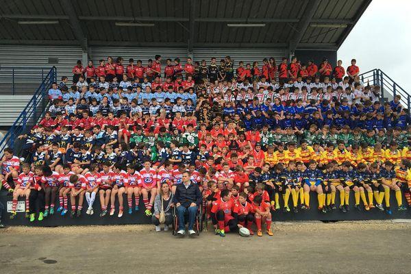 L'an dernier, le tournoi a réuni des dizaines de joueurs de moins de 12 ans. En haut à gauche, le portrait de Tony Sabourin, décédé en 2007 d'un choc violent aux cervicales lors d'une mêlée. Au centre, Thierry Blais, ancien rugbyman de Surgères, blessé lors d'une mêlée.