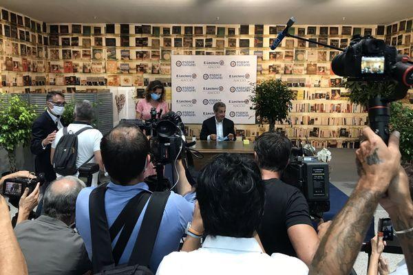 Ajaccio La Dedicace Du Nouveau Livre De Nicolas Sarkozy Attire Des Centaines De Personnes