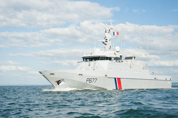 Le Patrouilleur Cormoran est allé à la rencontre du voilier israélien qui naviguait à contresens dans le détroit du Pas-de-Calais, pour le verbaliser et lui faire reprendre sa route dans le bon sens.