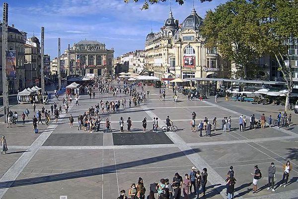 Montpellier : une très très longue file d'attente de personnes qui souhaitent se faire tester à la Covid-19 sur la place de la Comédie le 1er septembre 2020.