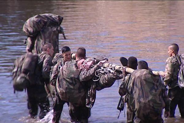 Les militaires du 35ème RI de Belfort s'entraînent pour leur prochaine mission en Guyane dans la Savoureuse