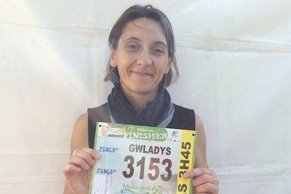 Gwladys Weber court son premier marathon. Elle espère atteindre l'arrivée en 3h30.