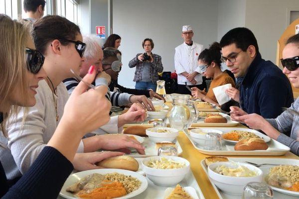 Des étudiants prennent un repas à l'aveugle au resto U Mansart, à Dijon, pour comprendre ce que ressentent les personnes ayant un handicap visuel.