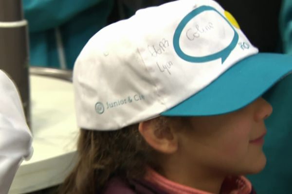Chaque enfant est affublé d'une casquette blanche siglée. Les enfants occupent une partie des voitures des TGV