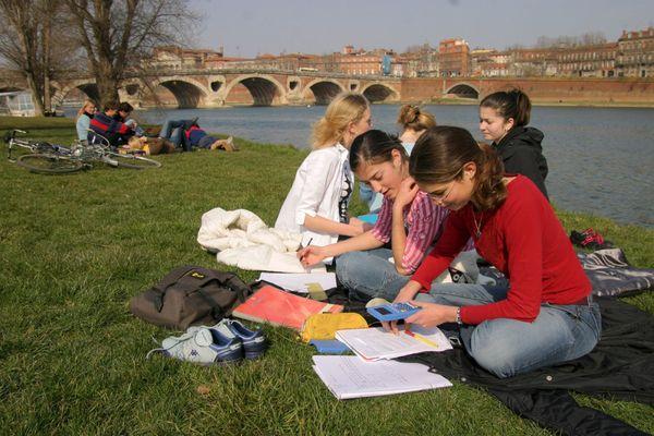 Berges de la Garonne. L'été s'installe à Toulouse et en Région Occitanie.