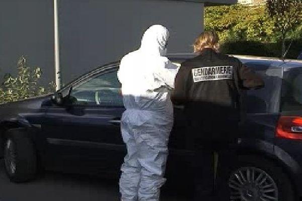 Mèze (Hérault) - la voiture des cambrioleurs avec l'équipe de l'identification criminelle de la gendarmerie - 6 novembre 2012.
