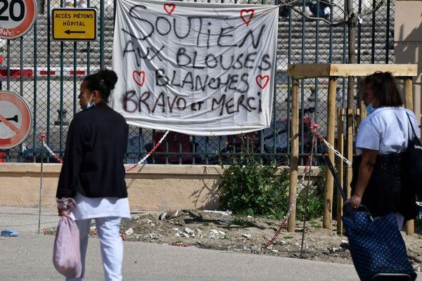 Une banderole de soutien au personnel soignant devant l'IHU de Marseille, mars 2020