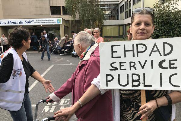 200 à 300 personnes dont des médecins généralistes ont manifesté dans les rues du centre-ville pour défendre le maintien de l'Ehpad dans le centre de Montbrison (Loire)