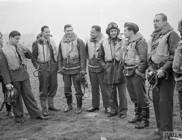 """Witold """"Tolo"""" Lokuciewski (à gauche sur la photo), en compagnie des pilotes du 303 Squadron, à Leconfield, en octobre 1940."""
