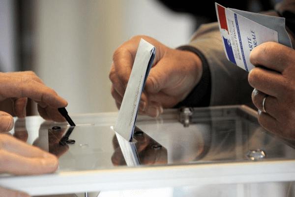 A l'approche des élections régionales, francetv info et France 3 vous proposent de choisir, d'ici au 5 novembre, le nom de votre nouvelle région. (MAXPPP)