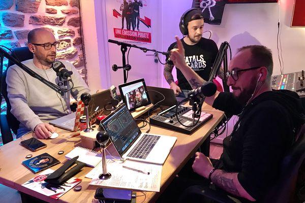 Will (à droite), Franck (au fond) et Tom (à gauche), les trois voix de Radio Gaga, dans leur garage-studio