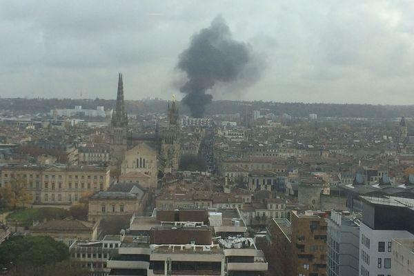 Les feux de poubelles étaient visibles de loin à Bordeaux, ce mardi matin.