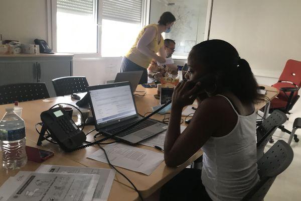 Au sein de la cellule de veille canicule de la direction des solidarités et de la santé publique, un agent de la ville de Reims téléphone à une personne vulnérable pour s'assurer qu'elle va bien.
