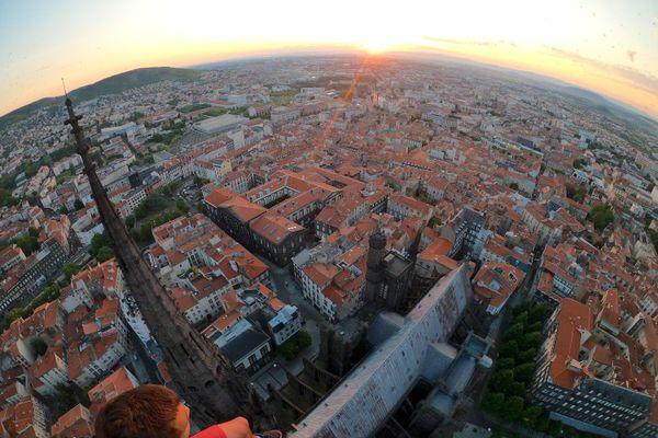 Une vidéo, publiée sur Youtube, montre deux jeunes hommes escalader la cathédrale de Clermont-Ferrand juste avant le lever du soleil.