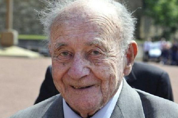 Le vétéran Etienne Schlumberger pose durant le 68ème anniversaire de la Libération, à Suresne.
