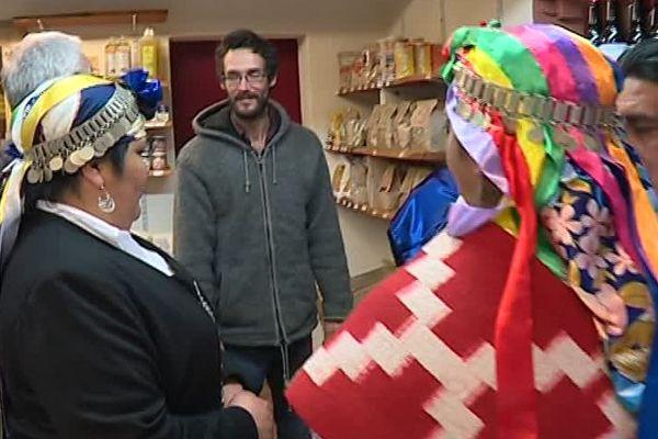 Les Mapuches en visite au Biasso, magasin de producteurs à Jaujac