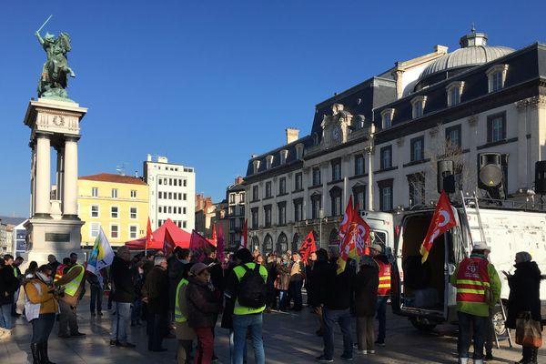 Environ 80 membres des syndicats se sont mobilisés lundi 30 décembre, place de Jaude, à Clermont-Ferrand.