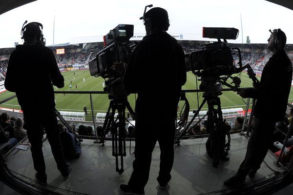 Diffuseur historique de la Ligue 1 de football en France, la décision de la chaîne Canal + de ne pas payer le solde des droits télé de cette saison terminée prématurément va obliger la LFP à recourir à un emprunt de 225 M€ garanti par l'Etat.