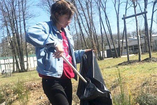 Des étudiants se sont mobilisés pour ramasser les déchets abandonnés sur le campus d'Orléans.
