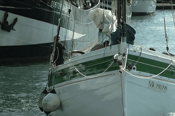 Une réplique d'un langoustier arrive du Morbihan pour se placer à quai