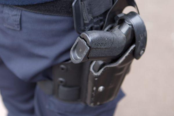 Deux policiers en poste en Île-de-France ont été désarmés en raison de soupçons de radicalisation.