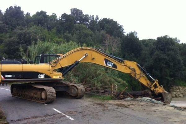Depuis ce matin, des professionnels s'activent pour réparer les dégâts et permettre la réouverture des routes à la circulation.