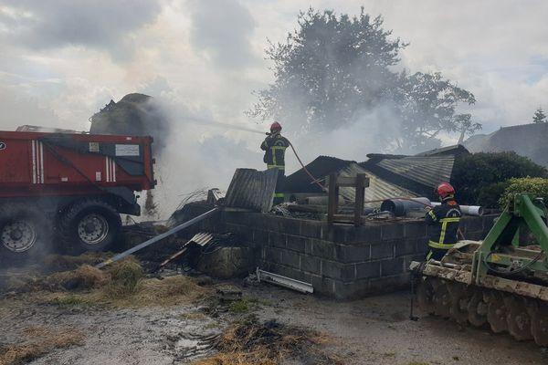 Ce samedi matin, les pompiers étaient toujours mobilisés sur l'incendie de hangars à Saint-Sauveur-des-landes