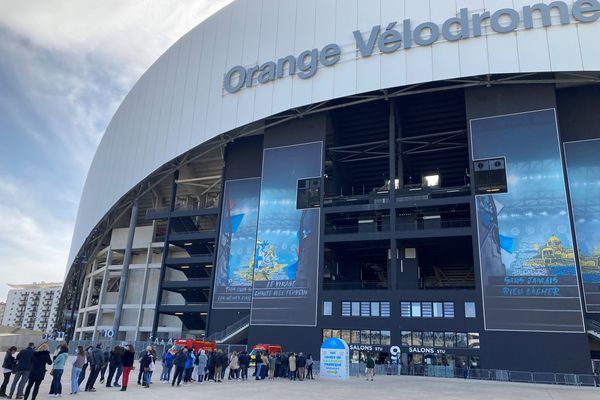 Des dizaines de personnes non prioritaires attendent chaque soir devant l'entrée du stade Vélodrome à Marseille, espérant se faire vacciner.