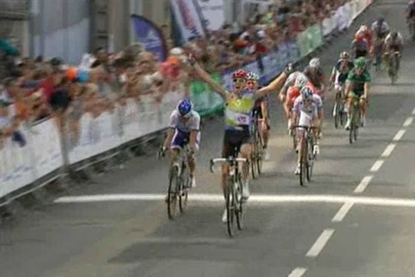Le slovène Kocjan franchit la ligne d'arrivée au sprint à l'issue de la 1ère étape du Tour du Limousin