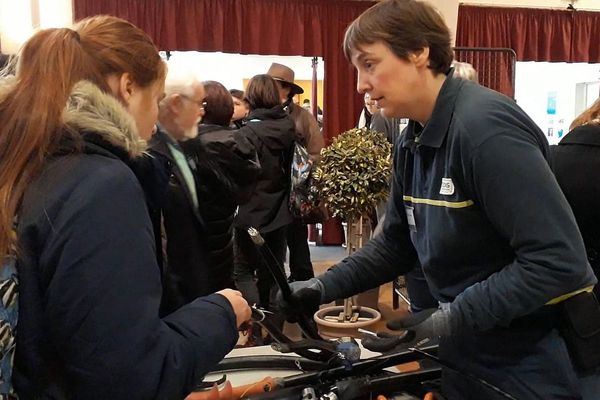 Une salariée d'Enedis (ex ERDF) explique en quoi consiste son métier lors d'un Carrefour des Carrières au Féminin organisé par FETE à Dijon.