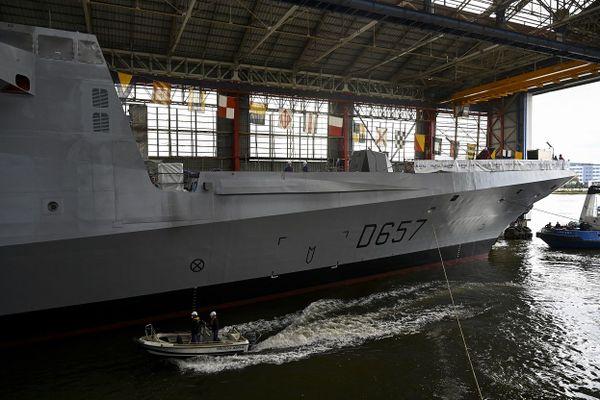 Assemblée dans la forme du chantier Naval Group à Lorient, la FREMM Lorraine a été mise à flot ce vendredi après-midi.