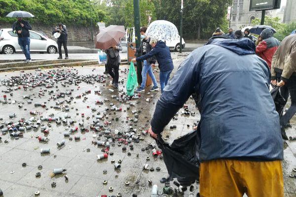 Des résidus de grenades éparpillés devant la sous préfecture à Redon, trouvés sur le site de la rave party