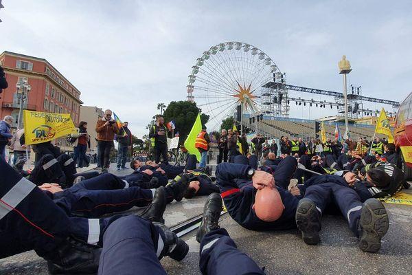 Des pompiers se sont couchés sur les voies de tram, en signe de protestation.