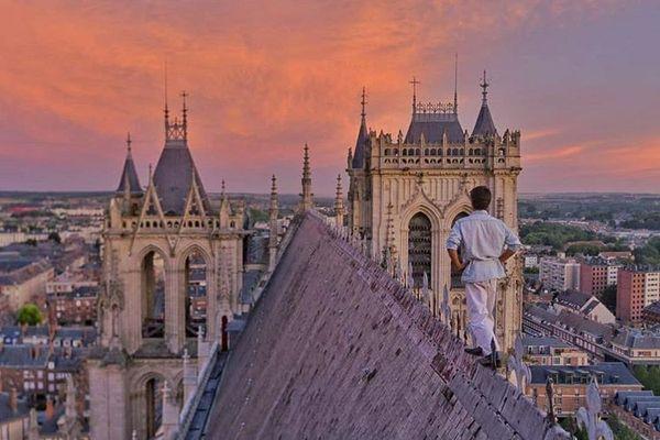 Le jeune étudiant sur le toît de la cathédrale d'Amiens