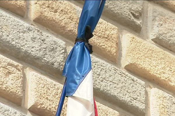 Un des drapeaux français en berne ce matin à Besançon