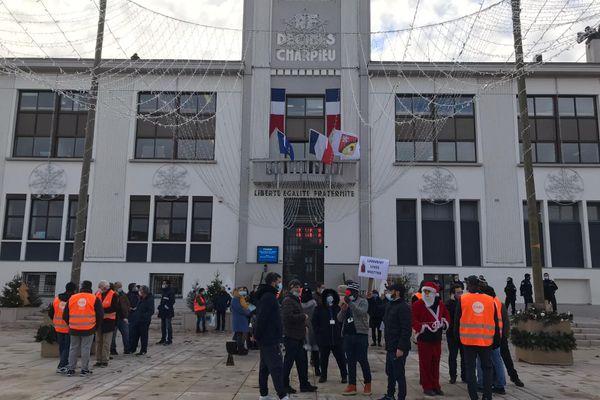 Les salariés Gifrer devant la mairie de Décines ce mardi matin 8 décembre. Ils sont opposés à la suppression par la direction de 125 postes sur 215.