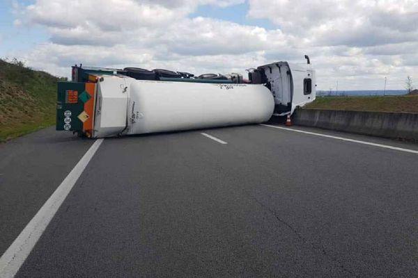 Un camion-citerne transportant de l'azote liquide s'est couché sur la RN 145, près de Montluçon, ce lundi 12 avril.