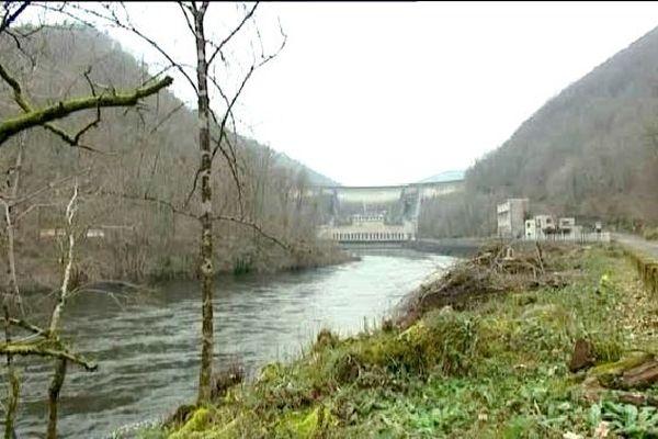 Le barrage de Bort-les-Orgues filtre les tonnes sédiments lâchées dans la Dordogne, au niveau du barrage de La Bourboule en Auvergne.