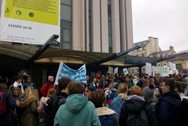 A Caen, le départ de la manifestation devant le théâtre, vers 13h