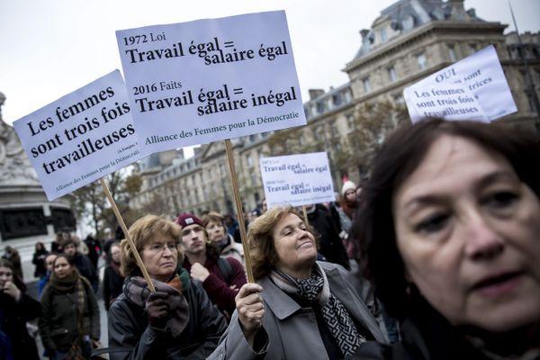 Malgré les lois pour l'égalité, l'écart de salaire entre les femmes et les hommes continue. Ici, en 2016, le collectif Les Glorieuses organisait un rassemblement sur la place de la République, à Paris, pour lutter contre les inégalités salariales entre femmes et hommes.