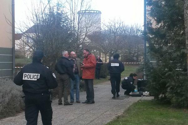 Les enquêteurs examinent la scène où a eu lieu la fusillade.