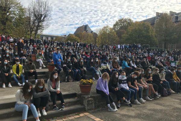 Lundi 2 novembre, plus de 1000 élèves du lycée Théodore de Banville de Moulins ont rendu hommage à Samuel Paty.