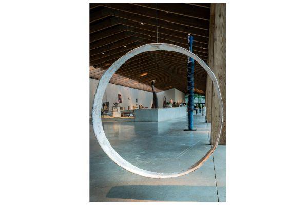 """Vue de l'exposition """"50 ans, 50 artistes, une exposition anniversaire"""" - Au 1er plan : Maria Bosch, """"Cicles"""", 2020."""
