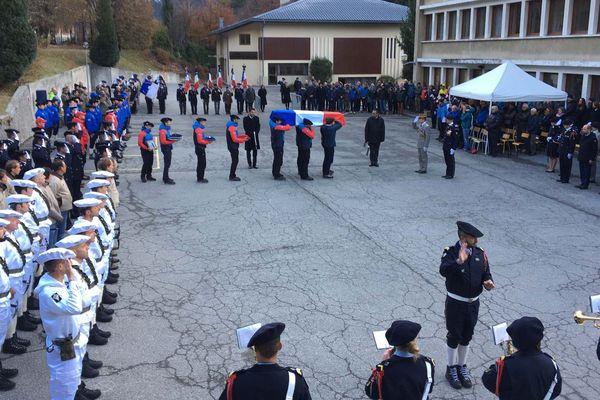 Une cérémonie militaire est organisée à l'Ecole Militaire de Haute Montagne de Chamonix pour rendre hommage à Max Bonniot, sergent mort en montagne.