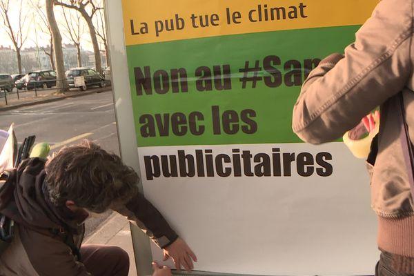 Journée contre la publicité : les anti-pub passent à l'action à Lyon et recouvrent 149  affiches publicitaires, comme le nombre de propositions de la Convention citoyenne pour le Climat - 25/3/21