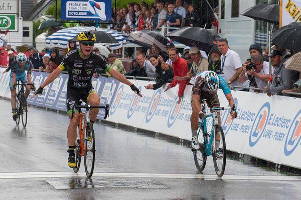 Valentin Madouas, Benoît Cosnefroy et David Gaudu à l'arrivée de la course en ligne des amateurs à Vesoul.