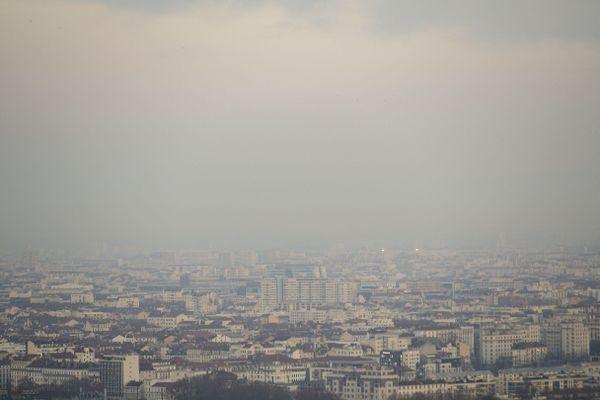 Vue sur Lyon et sa brume de pollution le 4 décembre 2018.