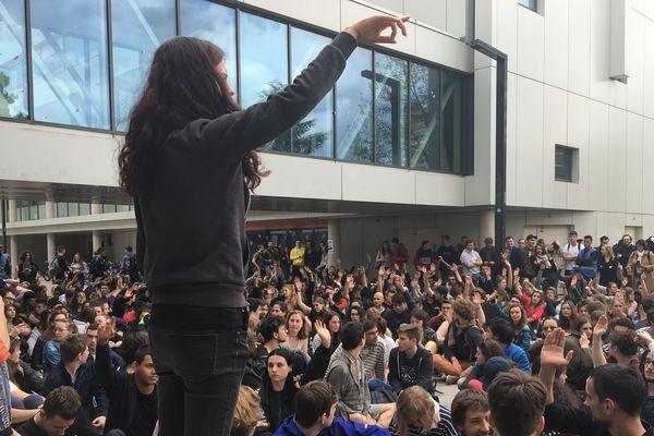 Le vote des étudiants a lieu à main levée.