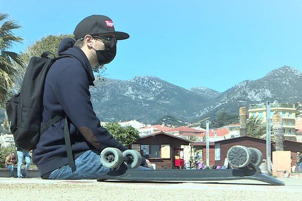 Thomas malgré son handicap ne sort jamais sans son skate électrique